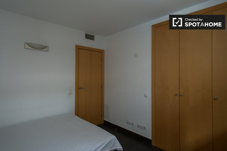 Furnished room for rent in 3-bedroom apartment in Gracia