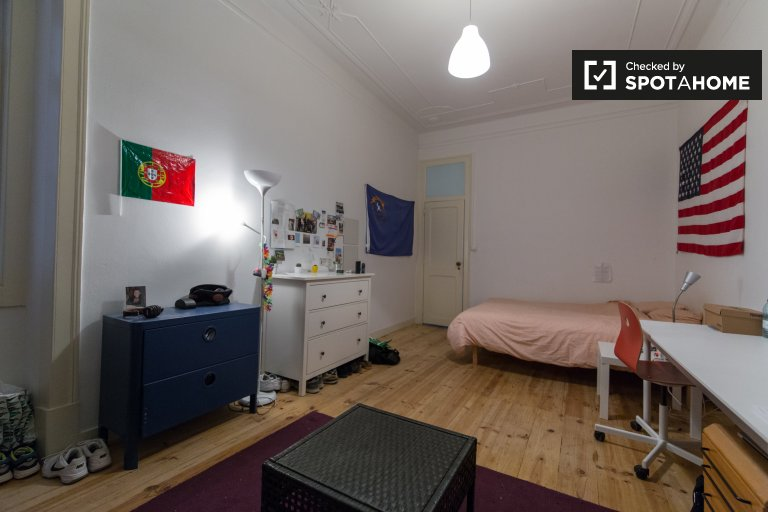 Room for rent 7-bedroom apartment in Avenidas Novas, Lisbon