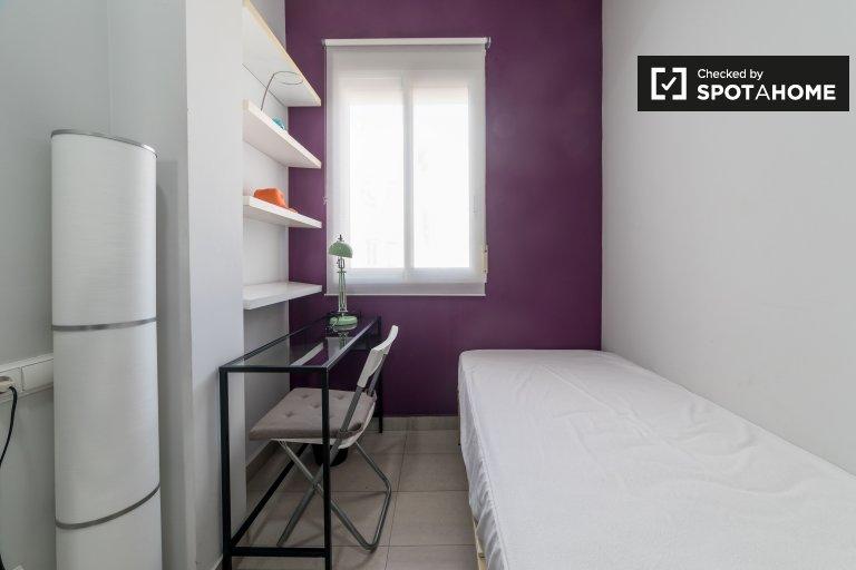 Accogliente camera in appartamento con 4 camere da letto a Extramurs, Valencia