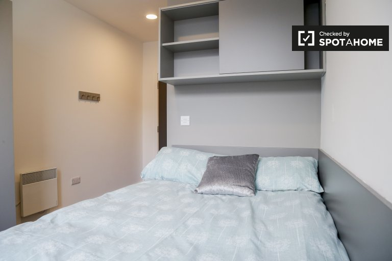 Fresh room to rent in 8-bed apartment in North Dock, Dublin