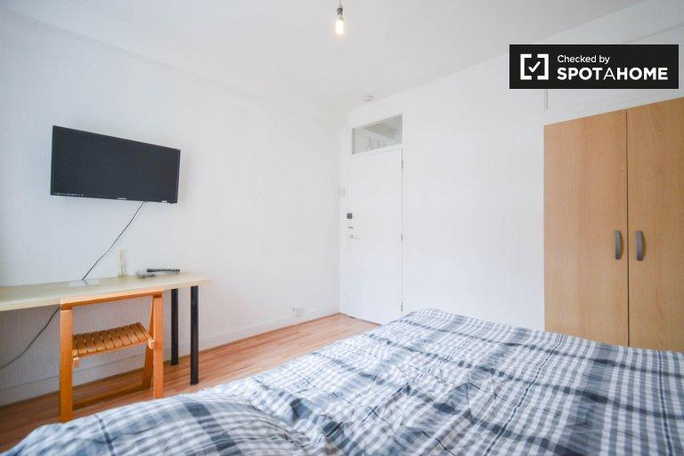 Jasny pokój do wynajęcia w mieszkaniu z 5 sypialniami w Hackney w Londynie