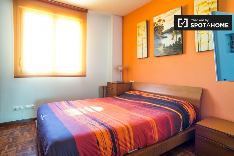Double Bed in Rooms for rent in 3-bedroom apartment with balcony in Atxuri