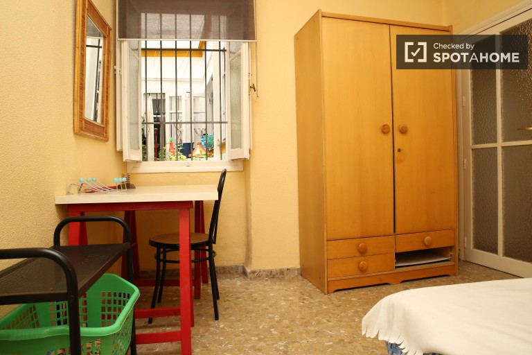 Single Bed in Beautiful and spacious rooms in a shared apartment near Plaza de la Alameda