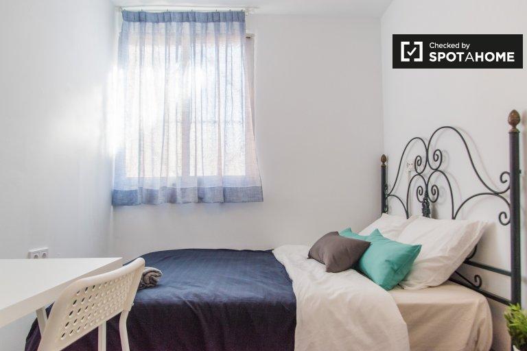 Quarto para alugar em apartamento de 3 quartos em Algirós, Valência