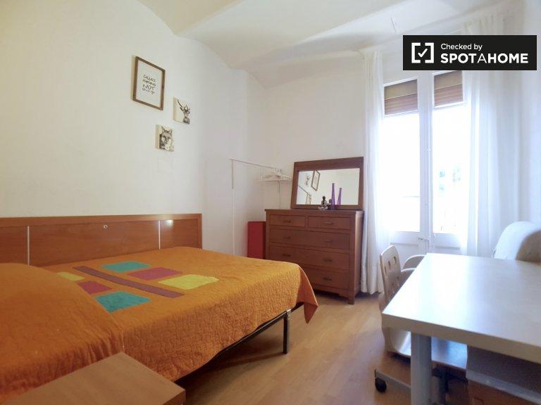 Przestronny pokój w apartamencie z 3 sypialniami w Sants w Barcelonie