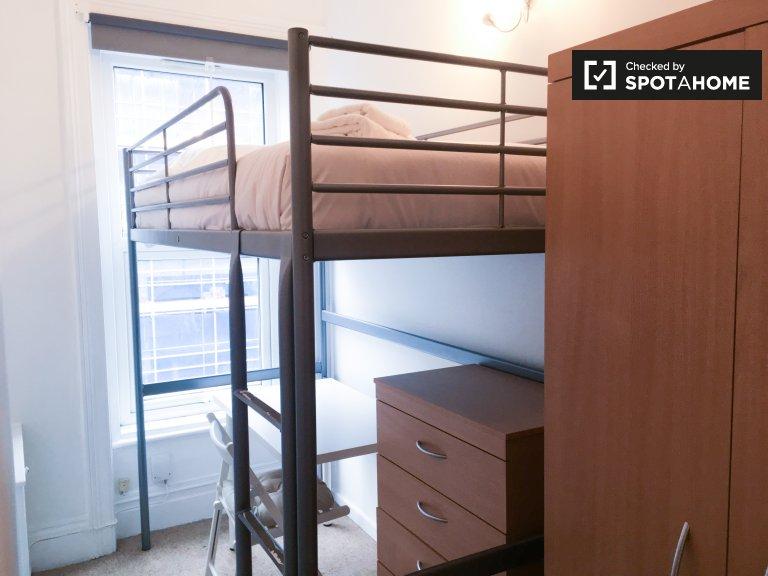 Przytulny pokój w trzypokojowym mieszkaniu w Acton w Londynie