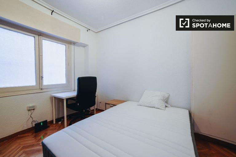 Przytulny pokój w apartamencie z 2 sypialniami w Guindalera w Madrycie