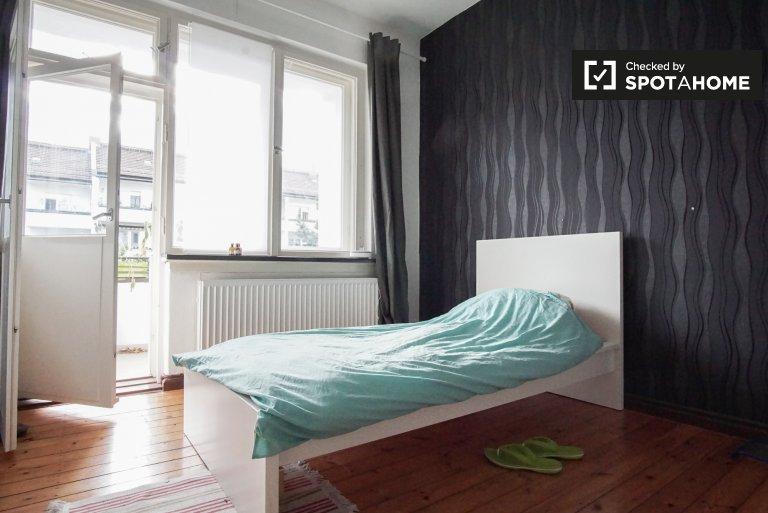 Pokój z balkonem w mieszkaniu z 3 sypialniami w Neukölln, Berlin