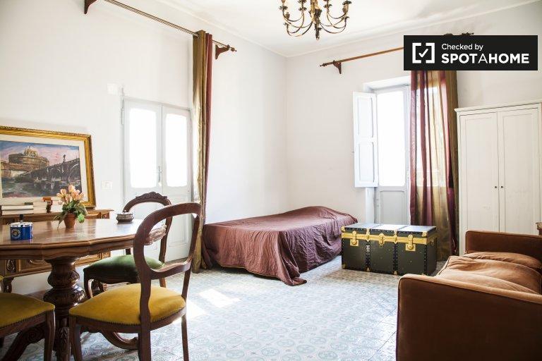 Large room in 2-bedroom apartment in Monteverde, Rome