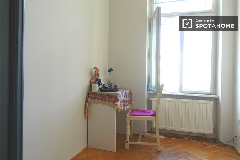Double Bed in Rooms for rent in cosy and compact 15 m2, 3-bedroom apartment in Meidling