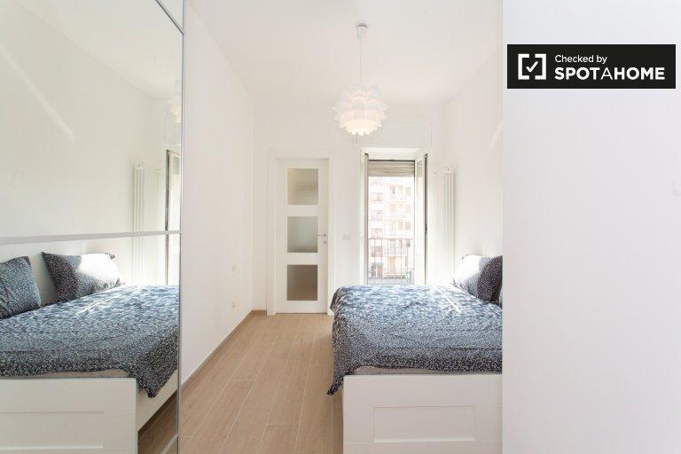 Elegante camera in appartamento con 2 camere da letto a Morivione, Milano