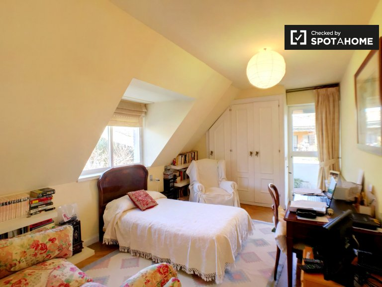 Room with balcony in 4-bedroom house in Madrid