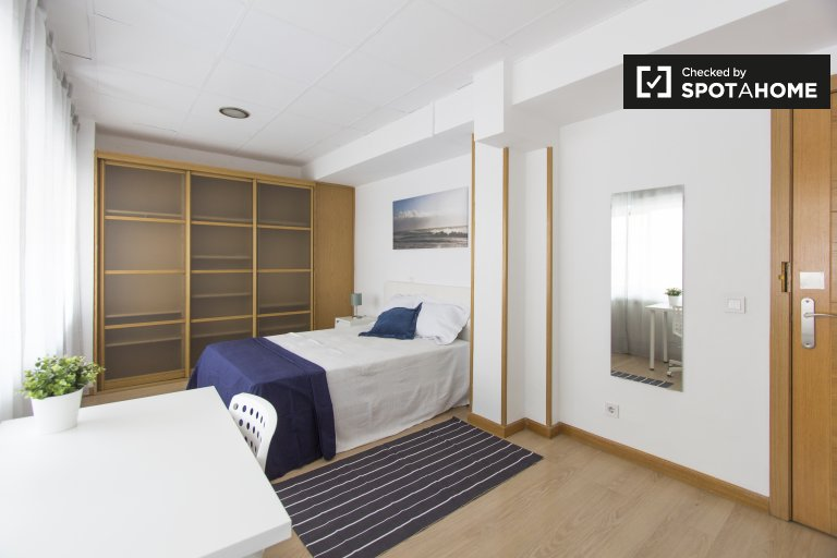 Comfortable room in 8-bedroom apartment in Madrid
