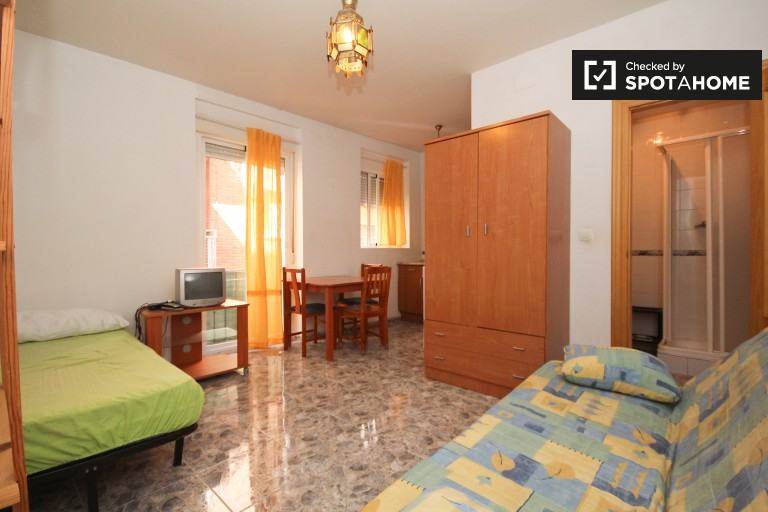 Fully furnished studio apartment for rent in central Granada