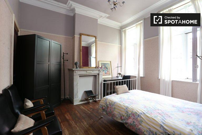 Great room in 10-bedroom apartment in Schaerbeek, Brussels
