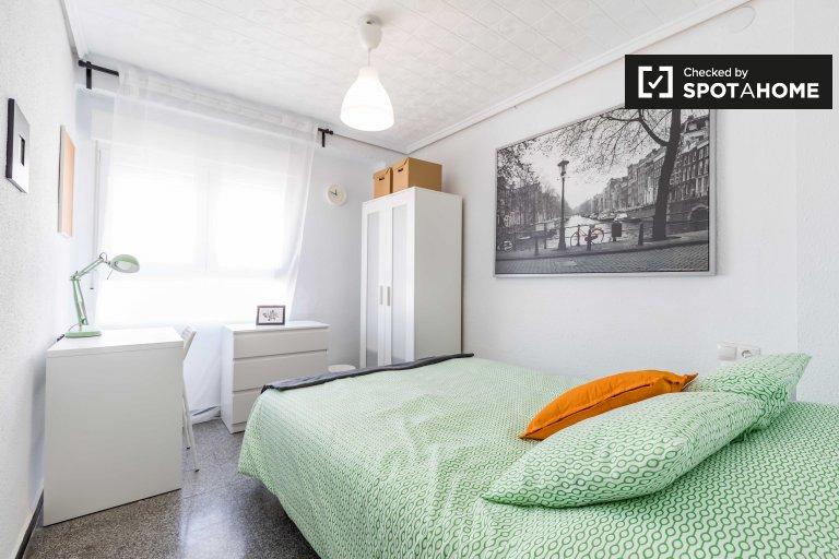 Room for rent in 6-bedroom apartment in L'Eixample