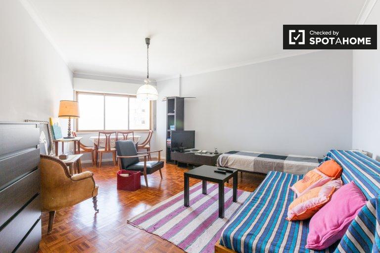Quarto colorido para alugar em apartamento de 2 quartos em São João