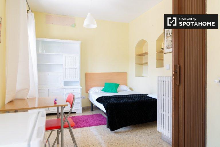 Se alquila habitación en casa de 9 dormitorios en Gràcia, Barcelona