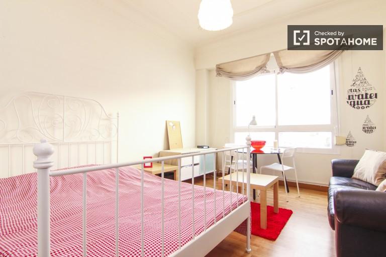 Chambre meublée en appartement partagé à Eixample, Valence
