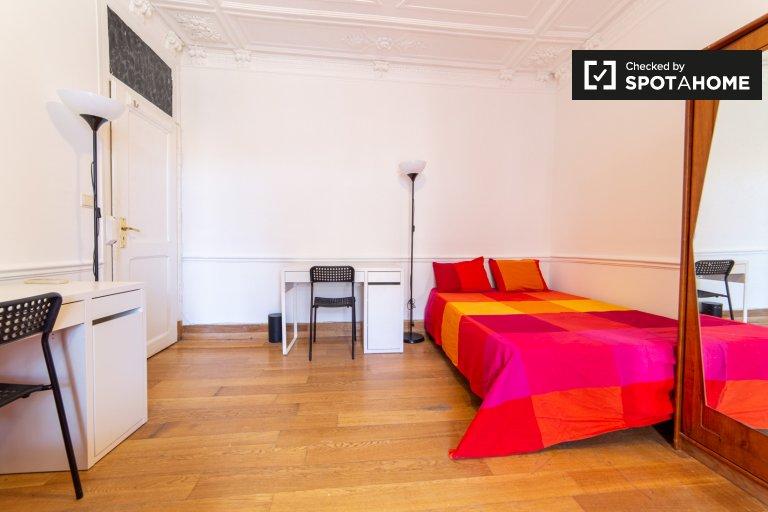 Geräumiges Zimmer zur Miete in einer 6-Zimmer-Wohnung in Arroios