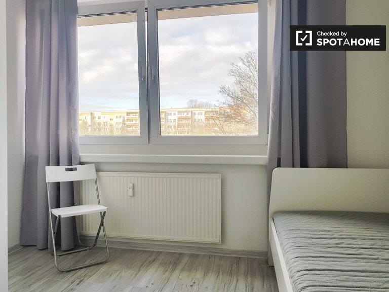 Przestronny pokój w apartamencie z 3 sypialniami w Berlinie
