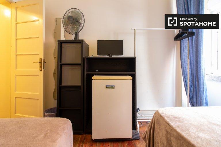 Schludny pokój do wynajęcia w apartamencie z 3 sypialniami w Areeiro, Libson