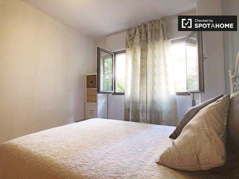 Jasny pokój w apartamencie z 2 sypialniami w Príncipe Pío w Madrycie