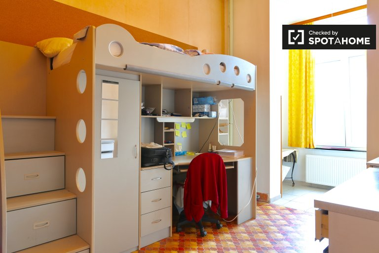 Single Bed in Rooms to rent in quaint 4-bedroom apartment with garden to rent near Université libre de Bruxelles