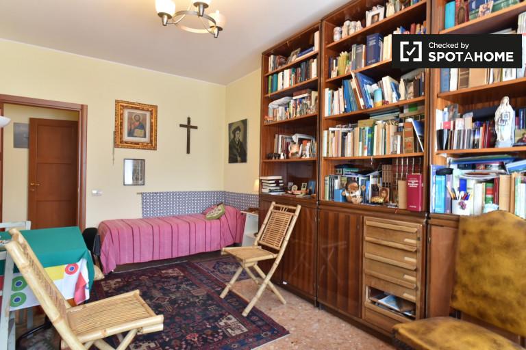 Chambre meublée dans l'appartement à Appio Latino, Rome