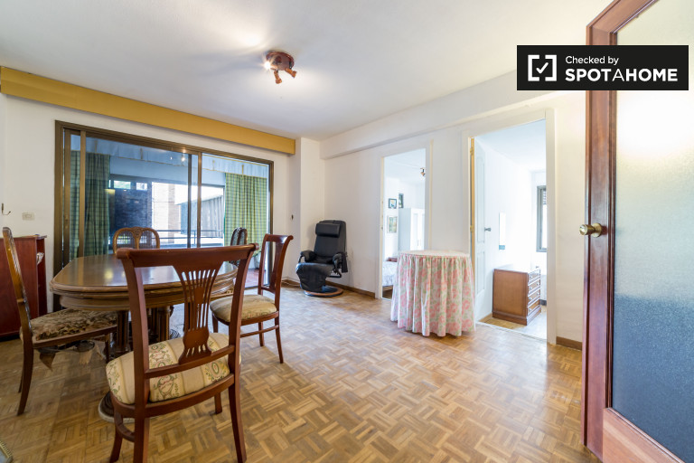 Tidy 5-bedroom apartment for rent in Algirós