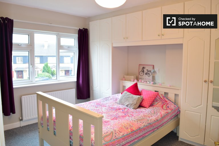 Double Bed in Room to rent in 4-bedroom houseshare with garden in Sandyford