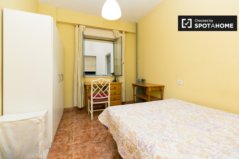Double Bed in Rooms for rent in a spacious 4-bedroom apartment in Granada City Center