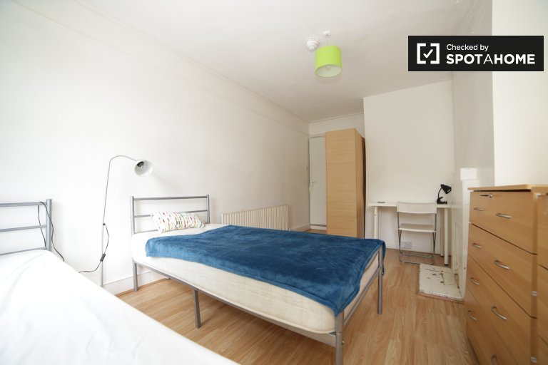 Twin Beds in Rooms to rent in a 6-bedroom shared house with garden in Haringey