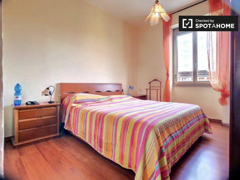 Chambre avec rangement dans un appartement de 4 chambres à Forlanini, Milan