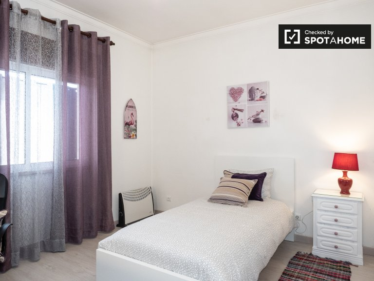 Bright room in 4-bedroom apartment in Corroios, Lisboa