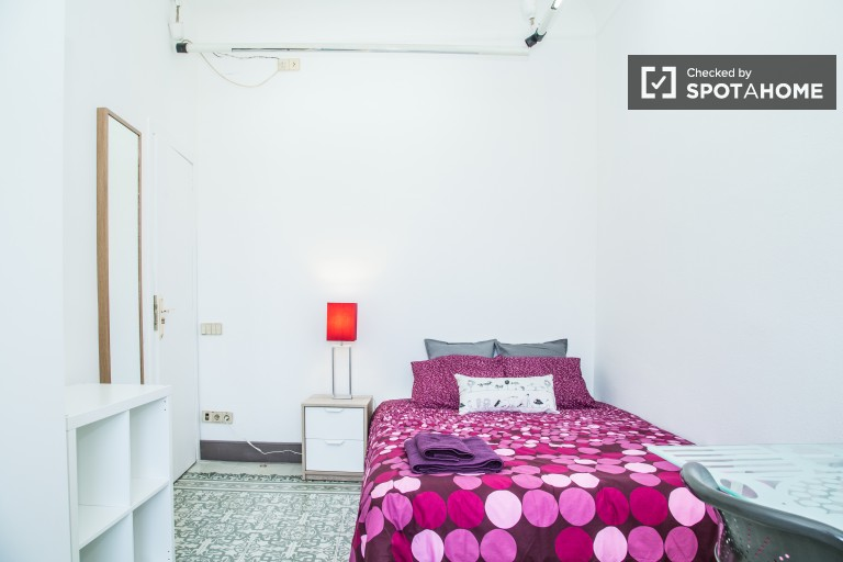 Luminous room in shared apartment in Eixample, Barcelona