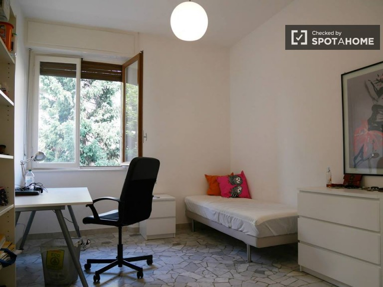 Quiet room for rent in apartment in Lodi, Milan