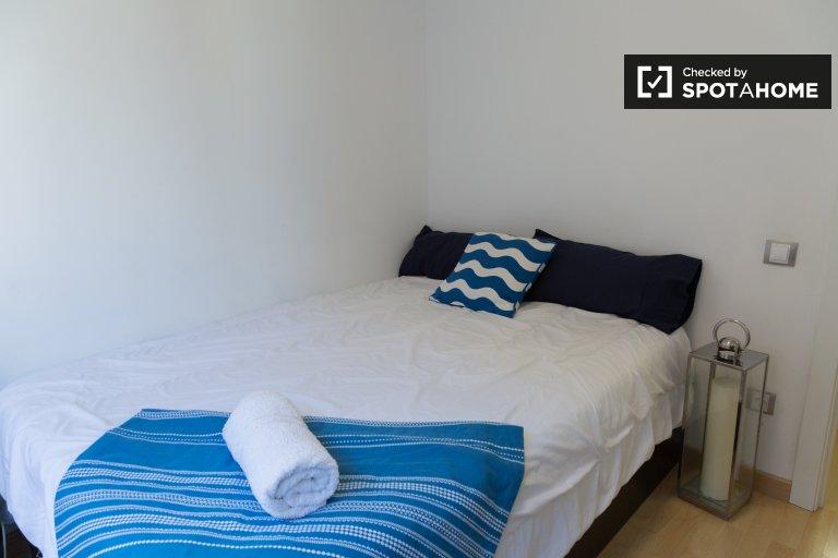 Habitación luminosa en alquiler en apartamento de 3 dormitorios en Gràcia