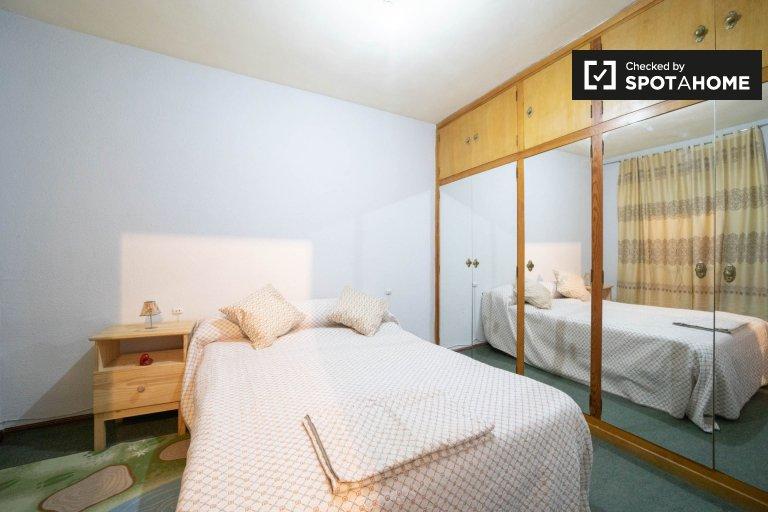 Se alquila habitación en apartamento de 2 dormitorios en Getafe, Madrid.