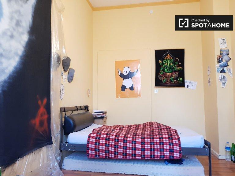 Habitación con salón privado en apartamento con 2 dormitorios.