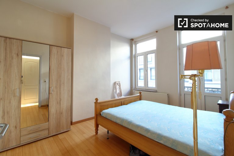 Double room for rent, 7-bedroom apartment, Saint Gilles