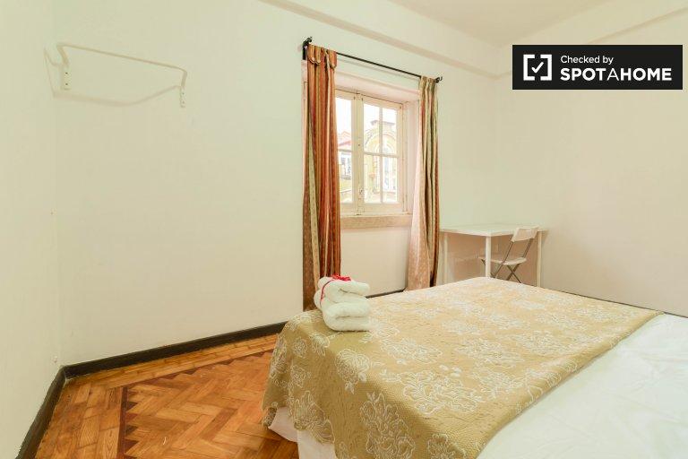 Przestronny pokój do wynajęcia w 5-pokojowym mieszkaniu w Arroios