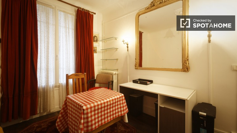 Room in Charming Flat by Train Station in Courbevoie, Paris