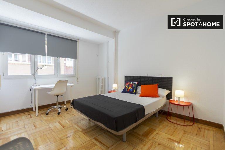 Przestronny pokój w 6-pokojowym apartamencie w Retiro w Madrycie