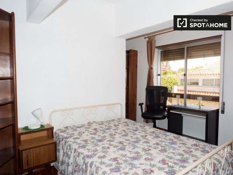 Comfy room for rent in 3-bedroom apartment in Parede