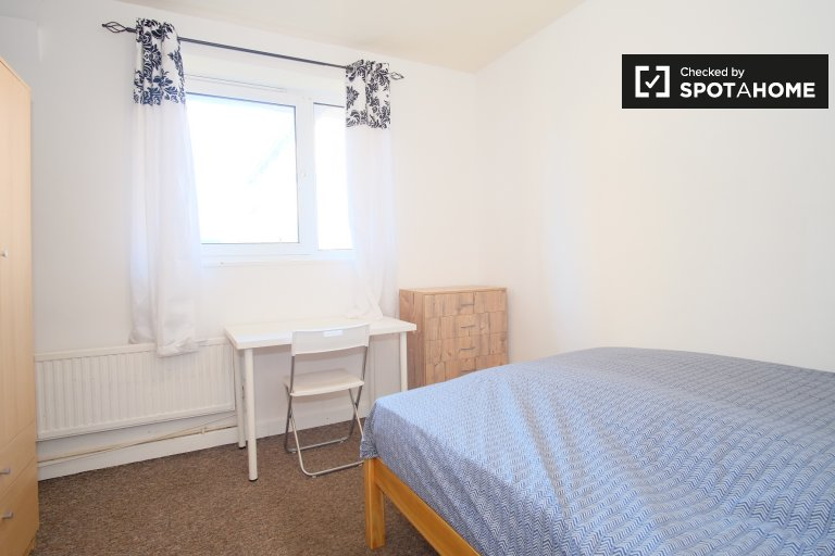 Room to rent in 4-bedroom flat in Bethnal Green, London