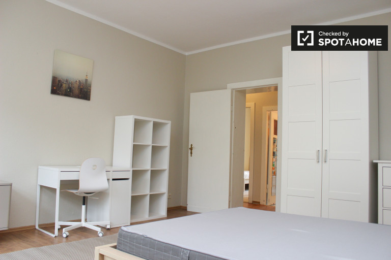 Double Bed in Rooms for rent in 2-bedroom apartment with balcony in Adlershof