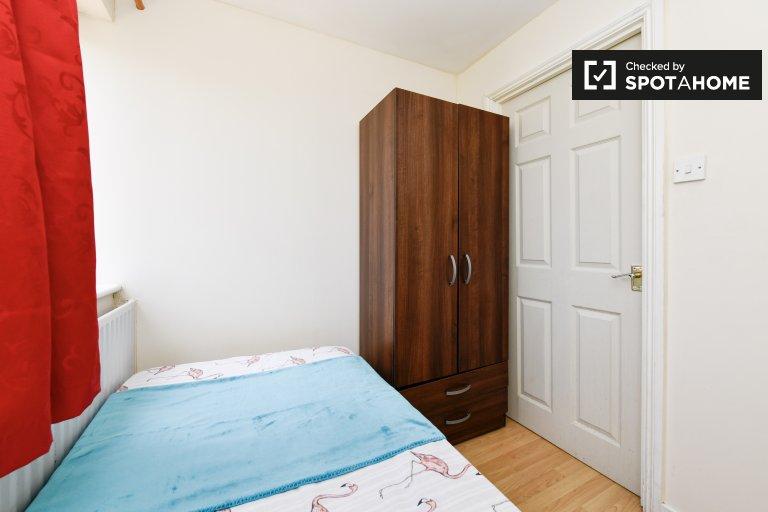 Przytulny pokój w czteropokojowym mieszkaniu w Lewisham w Londynie