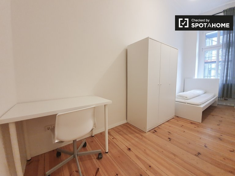 Room for rent in 4-bedroom apartment in Reuterkiez