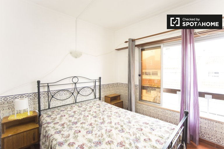 Furnished room in 3-bedroom apartment in Parede, Lisbon